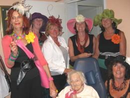 de oudste inwoonster van het departement Creuse houdt van kleuren