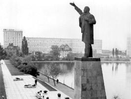 Lenin op transport. Kleine geschiedenis van negen meter brons.