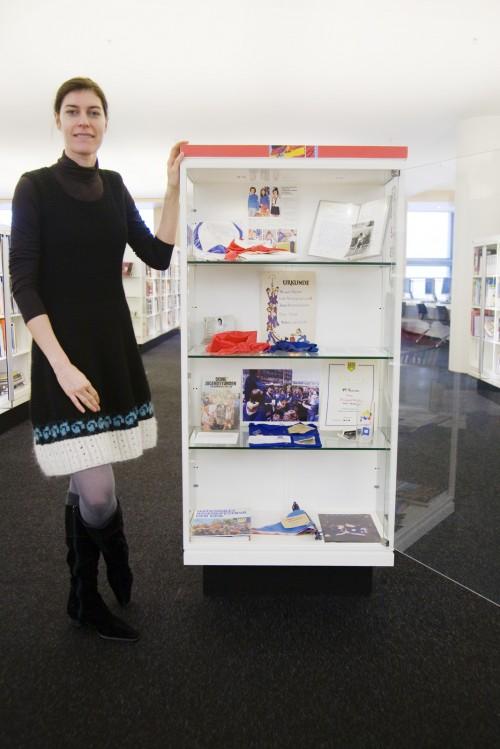 Anja Fricke bij haar 'persoonlijke' vitrine